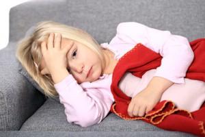 Kleines Mädchen mit Bauchweh