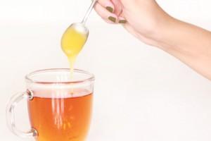 Honig in den Tee hilft bei Mangelernährung