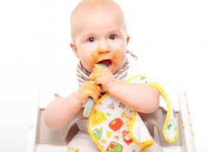 Baby hat sich beim Essen bekleckert