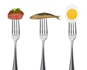Drei Gabeln mit Fisch, Fleisch und Ei