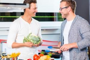 Freunde kochen mit frischem Gemüse