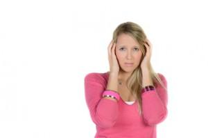 Frau hält sich die Ohren