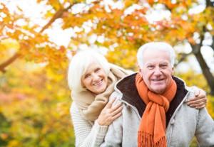Glückliches und gesundes Ehepaar im Herbst